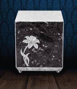 Urna cineraria in pregiato Marmo di Carrara e Grigio Carnico con fiore inciso dipinto a mano