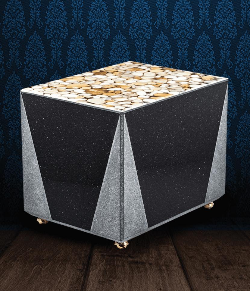 Urna cineraria in Marmo nero con coperchio in ciottoli di marmo