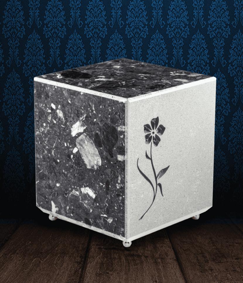 Urna cineraria in pregiato Marmo di Carrara e Grigio Carnico con fiore inciso