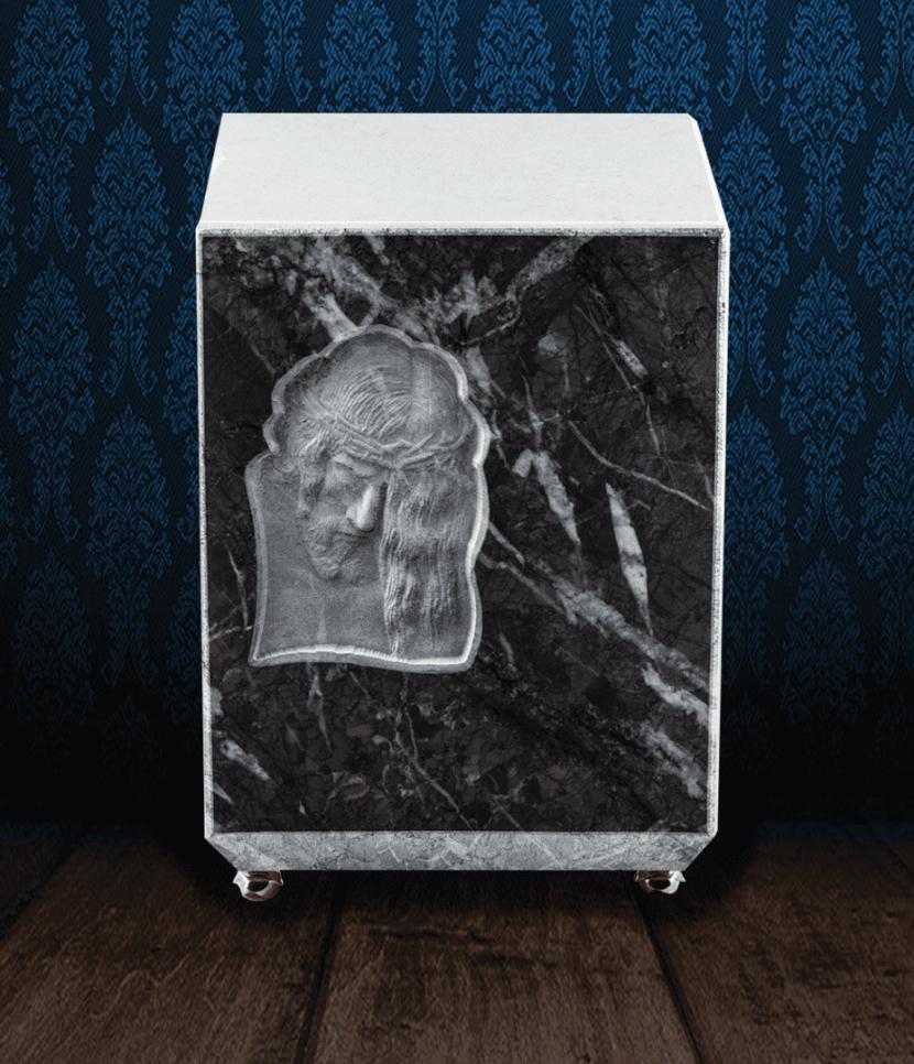 Urna cineraria in Grigio Carnico e marmo bianco con bassorilievo Cristo