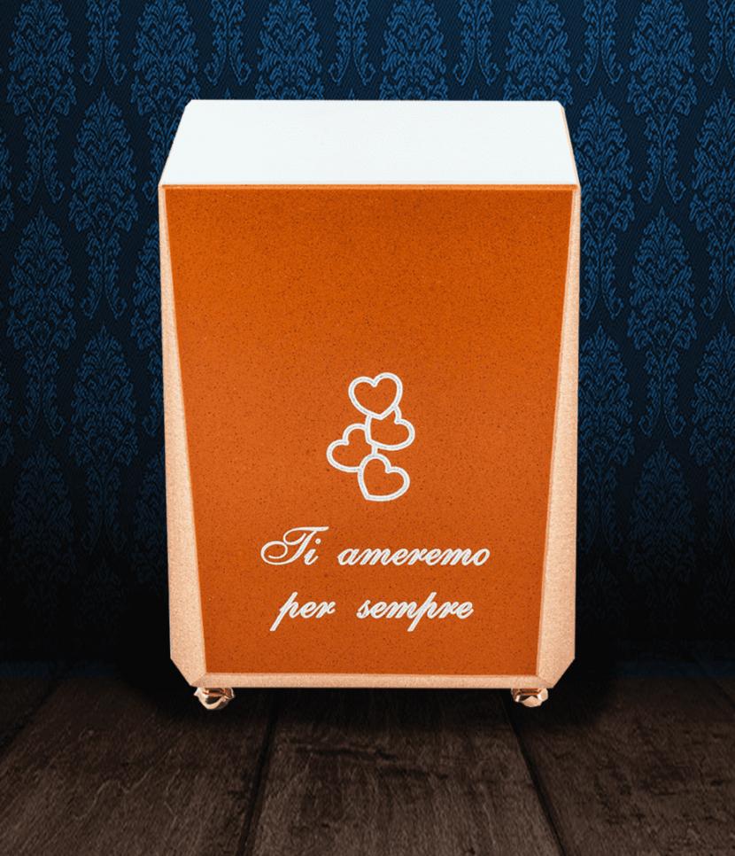 Urna cineraria in Marmo di colore arancio e bianco con dedica e cuori incisi