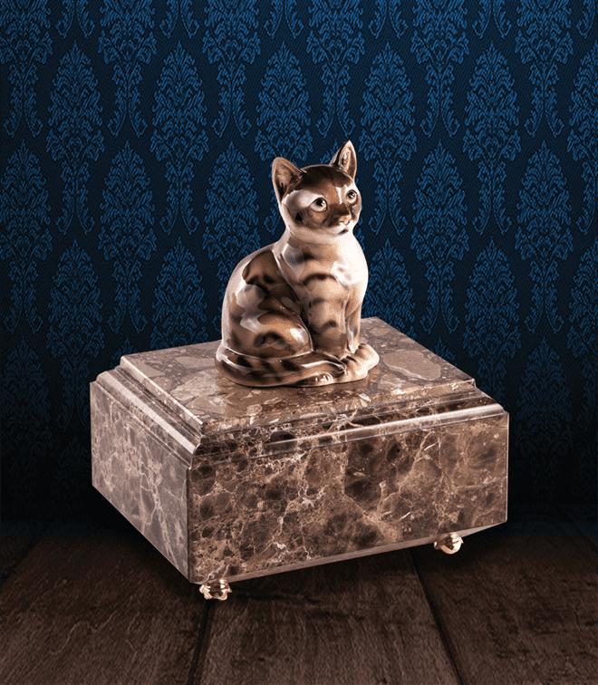 Urna per animali in pregiato Marmo Imperador Dark e gatto in fine ceramica dipinto a mano