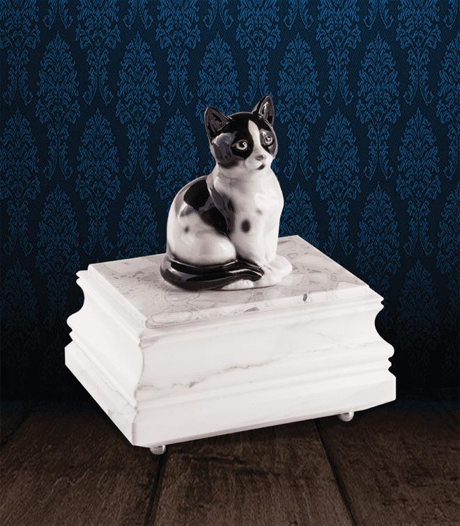 Urna per animali in pregiato Marmo di Carrara e gatto in fine ceramica dipinto a mano