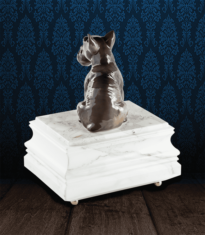 Urna per animali in pregiato Marmo di Carrara e Scottish Terrier in fine ceramica dipinto a mano