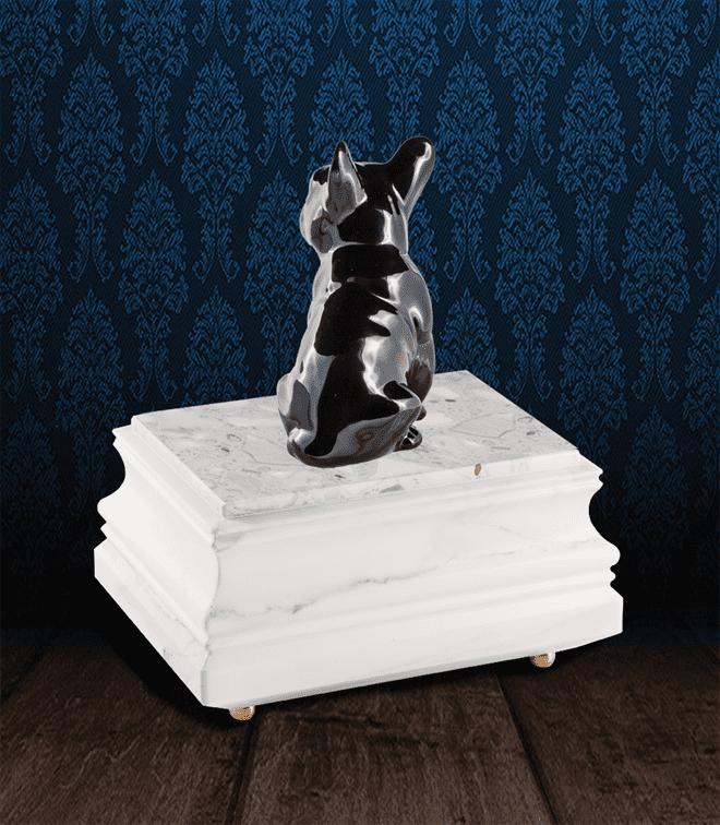 Urna per animali in pregiato Marmo di Carrara e Bulldog Francese in fine ceramica dipinto a mano