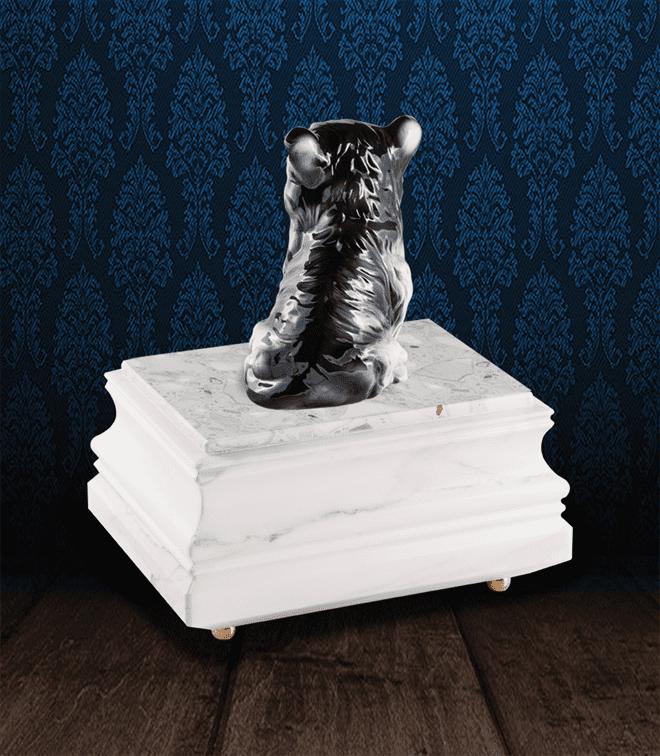 Urna per animali in pregiato Marmo di Carrara ed Husky in fine ceramica dipinto a mano