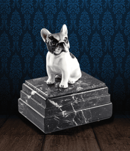 Urna per animali in pregiato Marmo Grigio Carnico e Bulldog Francese in fine ceramica dipinto a mano