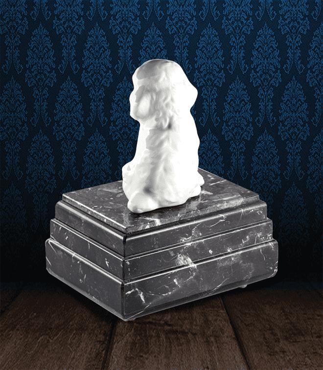 Urna per animali in pregiato Marmo Grigio Carnico e Barboncino in fine ceramica dipinto a mano