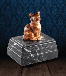 Urna per animali in pregiato Marmo Grigio Carnico e gatto in fine ceramica dipinto a mano