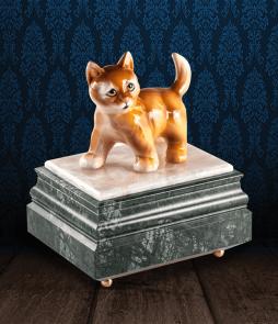 Urna per animali in Marmo Verde Alpi e pregiata Onice Bianca con gatto in fine ceramica dipinto a mano