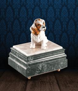 Urna per animali in Marmo Verde Alpi e pregiata Onice Bianca con cane in fine ceramica dipinto a mano