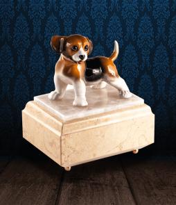 Urna per animali in Marmo Silvia Oro e pregiata Onice Bianca con Beagle in fine ceramica dipinto a mano