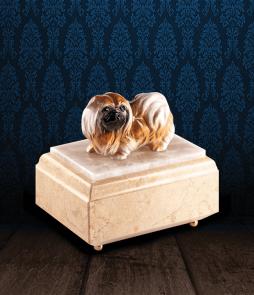 Urna per animali in Marmo Silvia Oro e pregiata Onice Bianca con Pechinese in fine ceramica dipinto a mano