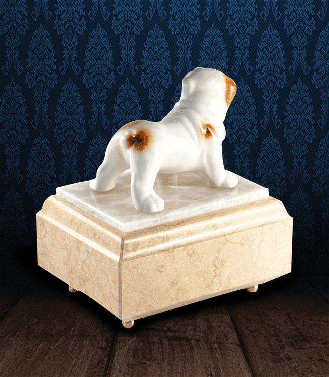 Urna per animali in Marmo Silvia Oro e pregiata Onice Bianca con Bulldog in fine ceramica dipinto a mano
