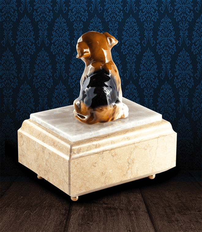 Urna per animali in Marmo Silvia Oro e pregiata Onice Bianca con cane in fine ceramica dipinto a mano